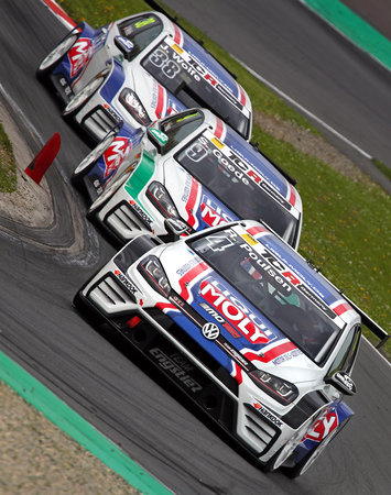 TCR Germany in Oschersleben (Kategorie Tourenwagen) - Engstler VW Golf-Trio: die TCR-Renner dicht an dicht